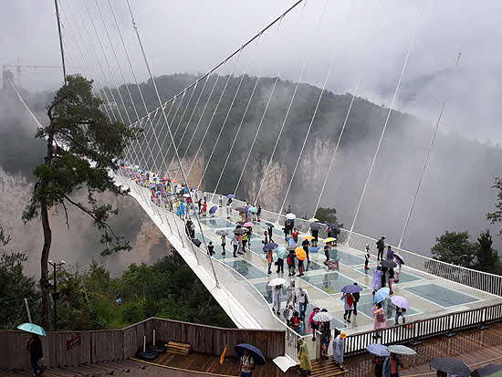 Hunan glass footbridge crosses the Grand Canyon